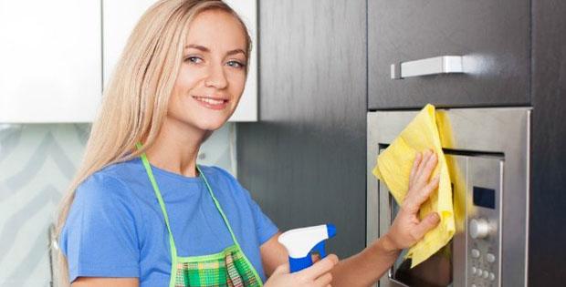 Membersihkan-microwave